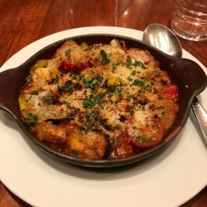つぶ貝といろいろ野菜、タコのラグーソースのオーブン焼き