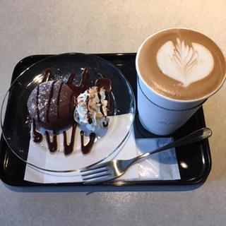 本日のケーキとカフェラテ