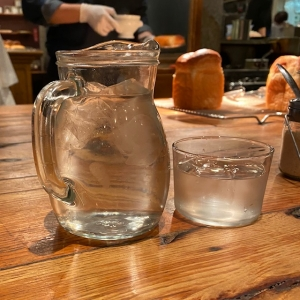 お水のグラスとピッチャー
