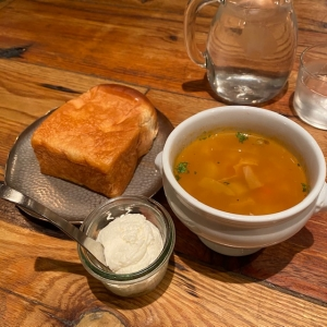 プレミアムブレッド(温かい)とホイップバターとミネストローネ
